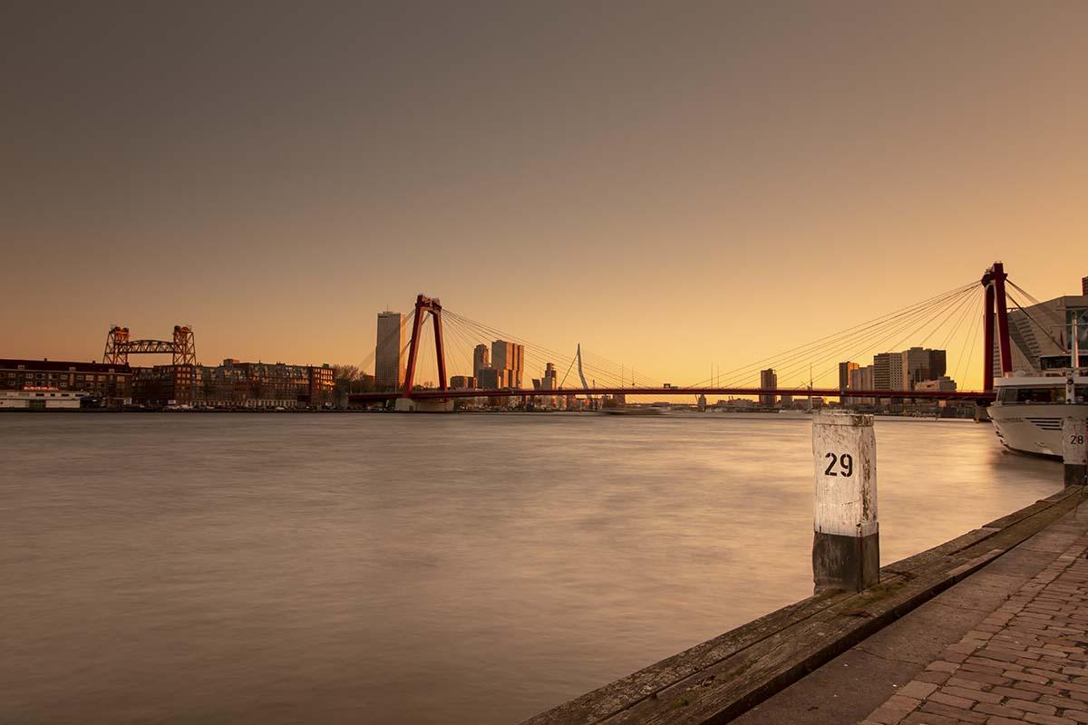Drie bruggen in Rotterdam gezien vanaf de kade